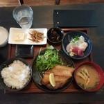 北海酒場 静内 - ホッケ焼きと刺身定食1,000円