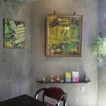 アナログ カフェ ラウンジ トーキョー - 光の差し込む角の席
