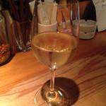 45418508 - 手ごろなお値段で、ワインをちょい飲みできますよ〜。