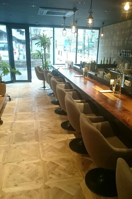 コバチ咖喱 - センスの良いカフェのような店内。
