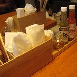 金星パスタ - テーブルセット(お箸・フォーク&スプーン・唐辛子オイル&サルサソース・粉チーズ)