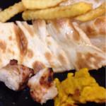 ムガルキッチン - ナン(カット済み)、カレー味のフライドポテト、チキン、黄色い揚げ物←食べたが何かわからなかった笑