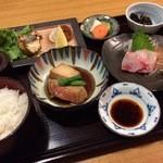 45426883 - 魚定食。金目鯛の煮付け、鯛の刺身、鰆の塩焼きが付いた豪華な内容です(●・ω・)/