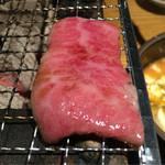 焼肉 とーがらし - 超希少部位のセンボン  片面を焼いて網の隅で余熱でok! ワサビ醤油でいただきます。