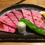 焼肉 とーがらし - 特上カルビ2300円  三角バラ&超希少部位のセンボン(写真・1人前) 三角バラはお店の方が1枚焼いて下さいました。