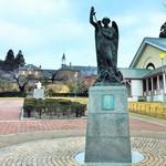 トラピスチヌ修道院 売店 - エントランス(大天使聖ミカエルの像)
