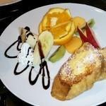 月桃庵 されど - 料理写真:フレンチトースト!お皿が大きい!中身も大きい!