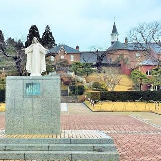 トラピスチヌ修道院 売店 - 慈しみの聖母マリア像と修道院