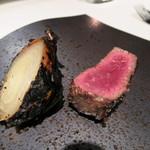 45434271 - 熟成牛肉と玉葱の薪焼き