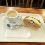 ベーカリーカフェデリス - 玉子コッペ150円+税、ホットコーヒー320円+税