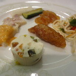東天紅 - 季節の六種前菜盛り合わせ。豆腐の麺、中華くらげ、豚肉の甘味噌かけ、テリーヌ、鶏の南蛮漬け、胡瓜等の中華風ピクルス。