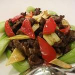 """東天紅 - """"牛肉のカレー風味風味炒め"""" のアップです。パプリカ や 青梗菜 の彩が素敵です。牛肉とシャキシャキの野菜との相性がイイですネ!"""