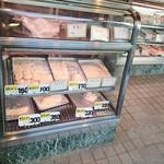 松井精肉店 - ショーケースになくても注文すると冷蔵庫から出して揚げてくれます