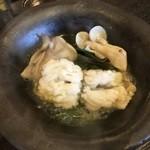 八光亭 - 一人鍋は鱧としめじ茸でした、ぽん酢に付けていただきます