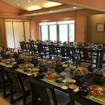 八光亭 - 畳の大広間にテーブルと椅子が配置されていました、大人数なので予め出せる料理は並んでいますね!