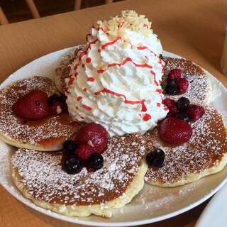エッグスンシングス 原宿店 - ホワイトチョコチップとミックスベリーのパンケーキ1600yen