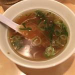 天下一品 - 定食のスープ。アツアツで猫舌には辛い
