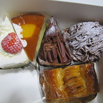 45454725 - (左上から右へ)イチゴショート、チーズケーキ、チョコショート、モンブラン(下)アップルパイ<シナモン入り>