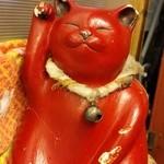 春馬 - カウンターの奥でひっそりとお客さんを呼び込んでいる招き猫。