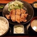 海鮮個室居酒屋 とらや - からあげ定食(880円)ご飯、味噌汁、サラダ、ドリンクお替り自由