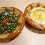 ミシュミシュ - レバノンのパセリと玉ねぎなどのサラダとひよこ豆と胡麻のペースト(フムス)