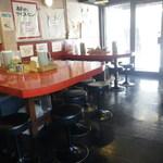 カレー家DEN - カウンターとU型テーブル3卓、  雰囲気は大阪らしい大衆の店と言う感じ