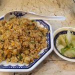 芙蓉園 - ランチセットのご飯を、炒飯に。漬物もセットに付いてきます。