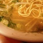 中華そば 蘭らん - スープの表情 細かい油の粒でこってり