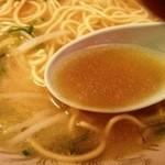 中華そば 蘭らん - 蓮華のスープ ザ・牛骨って感じ