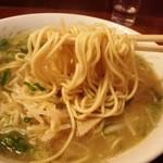 中華そば 蘭らん - 麺はこんな感じ 中太麺はザックリ感で美味しい