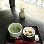 45479713 - お抹茶と「黒ゴマ豆腐」にきな粉と黒蜜♡、ワラビ餅じゃないんです☆