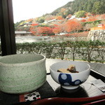 45479859 - 勝尾寺の紅葉&池を眺めながら、、、「お抹茶セット」580円。