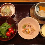 薫風 梅み月 - サラダ、イカとネギの甘酢和え、マンゴーミルク、鰹、蒸し餃子