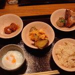 薫風 梅み月 - 軟骨入り肉団子、温泉卵、炊き込みご飯、鶏の照り焼き…他