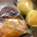 麦匠 - アップルパイ180円と、ピーナツクリームのパン