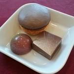 45488195 - 時計回りに、ショコラキャラメルのマカロン、ミルクチョコレート、京桜