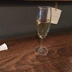 ekaki - スパークリングワイン。ハッピーアワーは、一杯目が480円