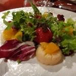 45503303 - ◆ホタテのグリエとトマトのマリネ(1600円)・・トマトはオレンジジュースに漬けこんでありますので、とても甘いとか。                       帆立も新鮮で甘みを感じる品です。