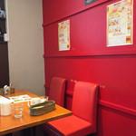 浅草カフェ ラグランドカリス - 赤が基調の店内。