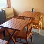 わがまま農園Cafe - 北角のテーブル席