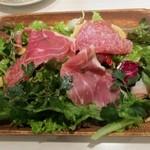 トラットリア・ターボロ・ディ・フィオーリ - プロシュート・サラミのサラダ 1050円