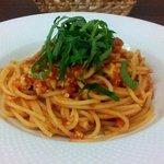 ヴィア トスカネッラ - スパゲッティ 小ヤリイカのラグー トマトソース 大葉風味(横から)(2015.11)