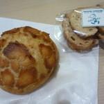 45520770 - バター味の皮つきパン