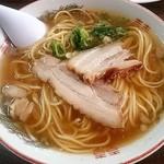 かどや食堂 - 料理写真:ほんのりとんこつの香りがするコクのあるスープ、化調に侵されてない分素人にはこの中華そばの良さはわかるまい