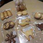 45529795 - メレンゲ菓子と色々な形の可愛らしいクッキー