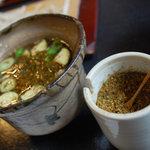 いし塚 - オリジナルの七味をたっぷりかけて