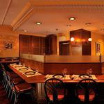 横濱元町 霧笛楼 - 1階メインダイニングの中央カウンターエリア。お一人でのお食事も可能です。