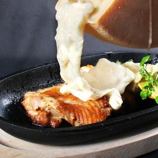 ラクレットチーズを卓上でお掛けするなどライブ感満載の創作料理
