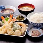 天ぷら七八 - 料理写真:定食にはご飯とみそ汁がつきます。名物いかの塩辛とお漬物は食べ放題です。