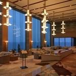 45546339 - ホテルは結構グレードが高く豪華で華やかな雰囲気、天井も高くロビーは広々としていますね!